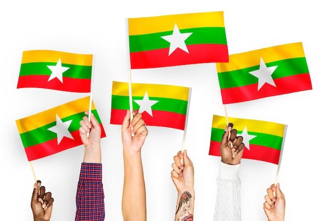 Руки размахивают флагами мьянмы Бесплатные Фотографии