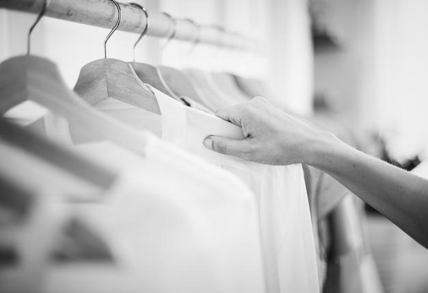 女性は衣服をチェックアウト 無料写真
