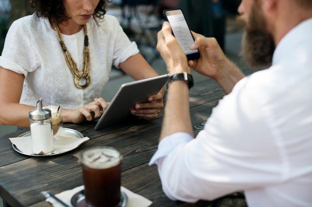 人々はコーヒーショップで一緒にハングアウトする 無料写真