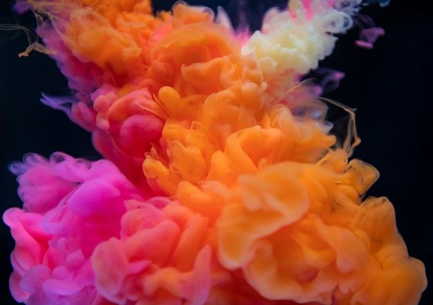 水に抽象的なオレンジ色とピンクの色のドロップ 無料写真