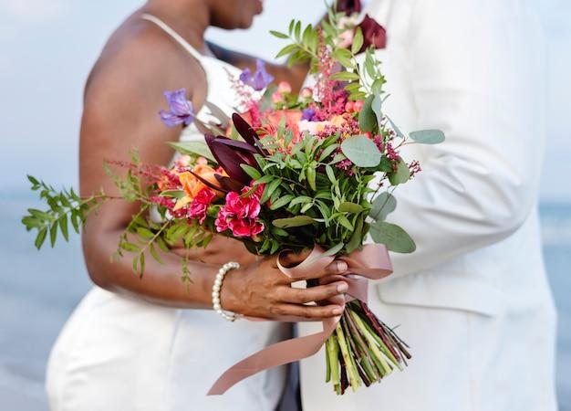 ビーチで結婚するアフリカ系アメリカ人のカップル Premium写真