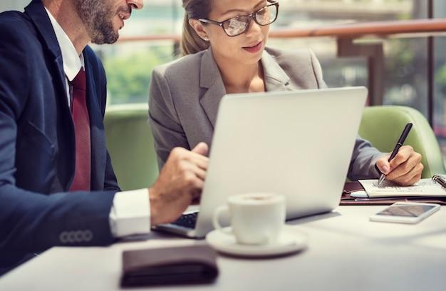 ビジネスの人々の議論ラップトップ技術の合体概念 Premium写真