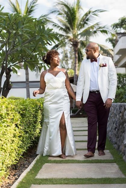 島で結婚するアフリカ系アメリカ人のカップル Premium写真