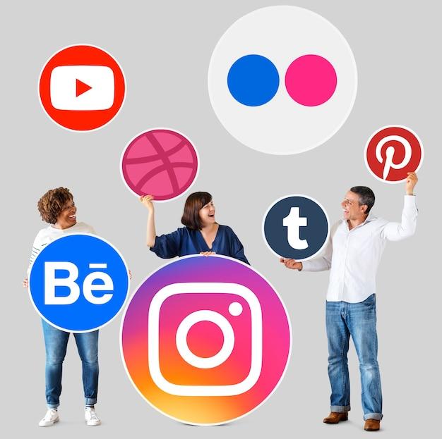 デジタルブランドのアイコンを持つ人々 無料写真