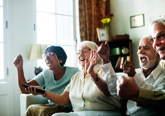 一緒にテレビを見ている高齢者 無料写真