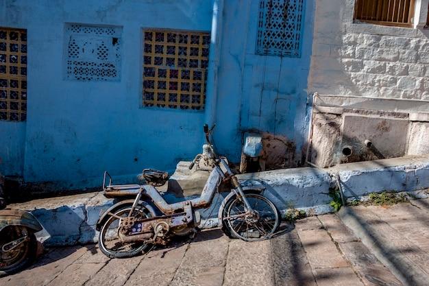 青い都市、ジョードプル、インドのレトロバイク 無料写真