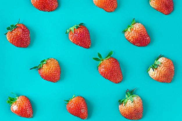 青い背景においしいイチゴのパターン 無料写真