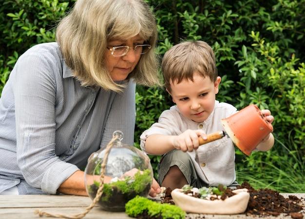 祖母と祖母の園芸 Premium写真