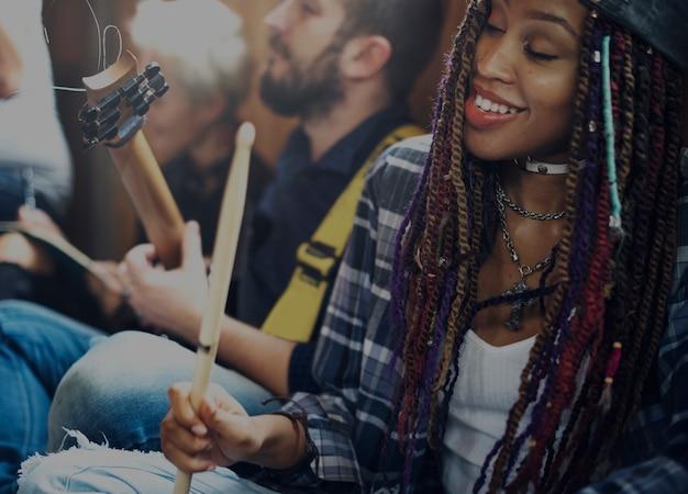 ギターリハーサルバンドを弾く人々 Premium写真
