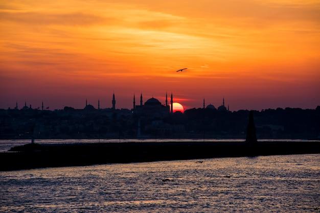 イスタンブールトルコの海の上の日の出の景色 無料写真