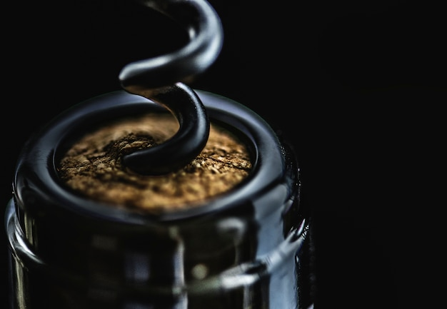 赤ワインのボトルを開封する 無料写真