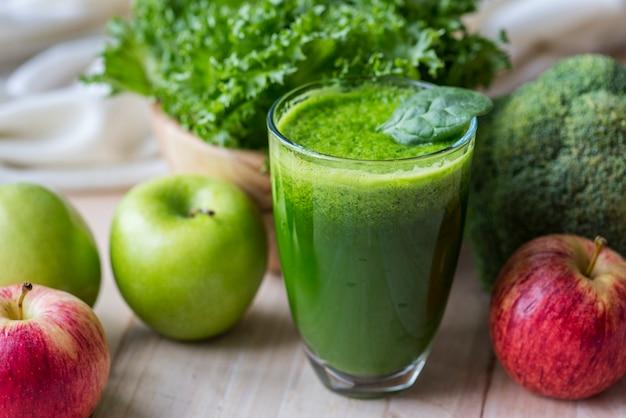 新鮮な緑のスムージーマクロショット 無料写真