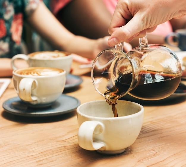 一緒にコーヒーを持っている友達 無料写真