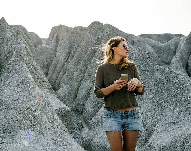 自然の中で山の頂上にハイキングする女性 無料写真