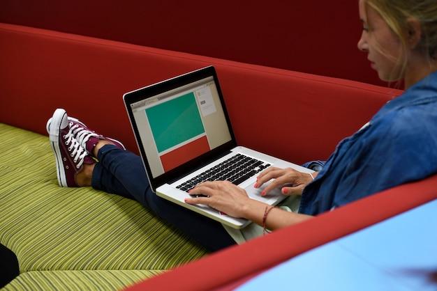 コンピュータのラップトップで働く人々 無料写真