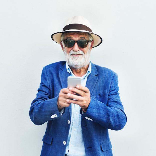 携帯電話を使用しているシニアコーカサス人 無料写真