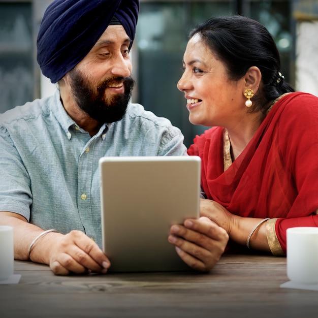 デバイスコンセプトを使用したインディアンカップル 無料写真