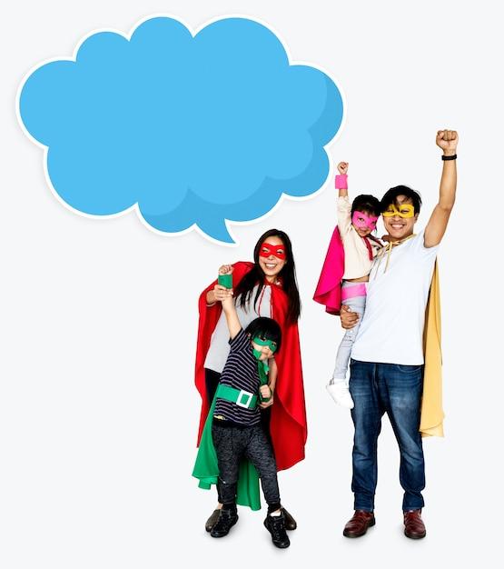 スーパーヒーローの衣装を着た幸せな家族 無料写真