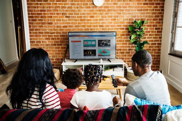 一緒にテレビを見ているアフリカの家族 Premium写真