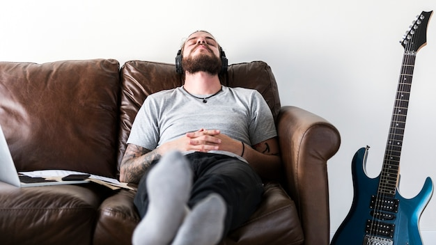音楽ストレス救済の概念を聞いて仕事からの休憩を取っている白人 Premium写真