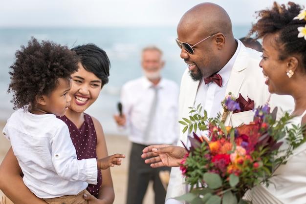熱帯の島で結婚式の幸せな花嫁と新郎 Premium写真