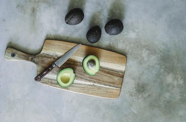 アボカド、木製のまな板 無料写真