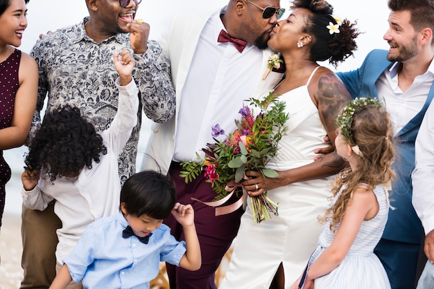 熱帯の島で結婚式で幸せな花嫁と新郎 Premium写真
