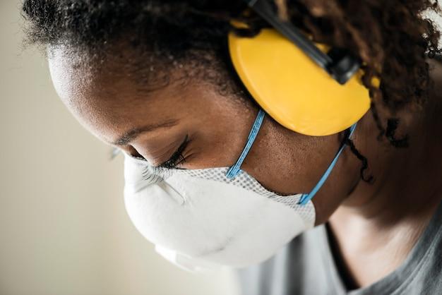 Черная женщина с защитой от ушей Бесплатные Фотографии