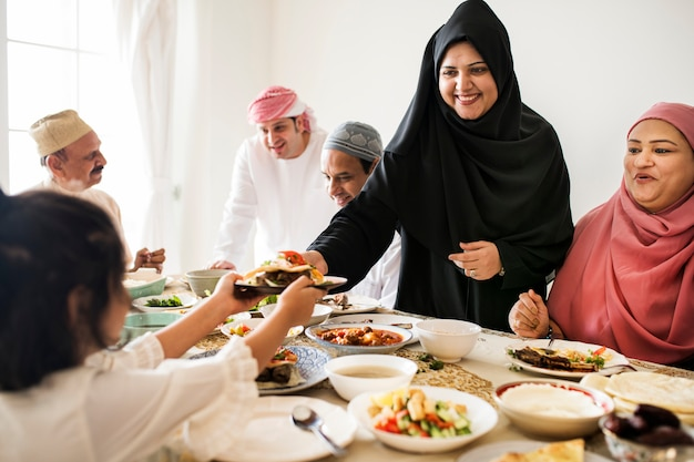 ラマダンの饗宴で食べ物を共有するイスラム教徒の女性 無料写真