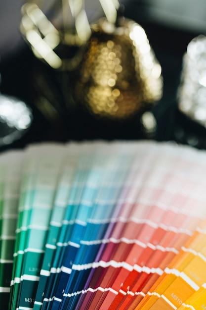 テーブル上の色見本の拡大写真 無料写真