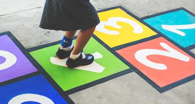 子供は学校でホップスコッチを演奏する Premium写真