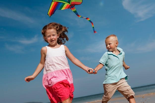 コーカサス人の家族が夏休みを楽しんでいます Premium写真