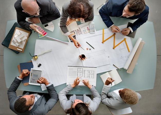ビジネスマン会議アーキテクチャ青写真デザインコンセプト Premium写真