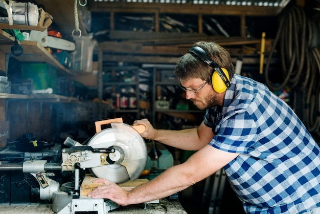 木材で働く職人 Premium写真