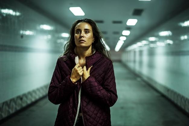 Женщина прогулка безнадежные выражения лица Premium Фотографии