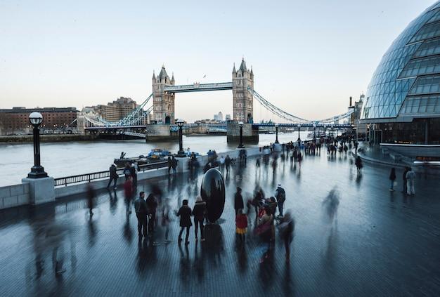 Тауэрский мост в лондоне, англия Premium Фотографии