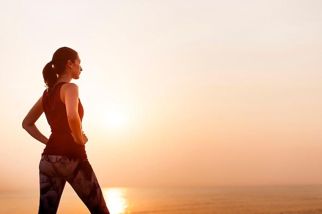 女性の静かなフィットネス健全な平和の海の概念 Premium写真