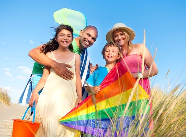 屋外での陽気な家族のボンディング Premium写真