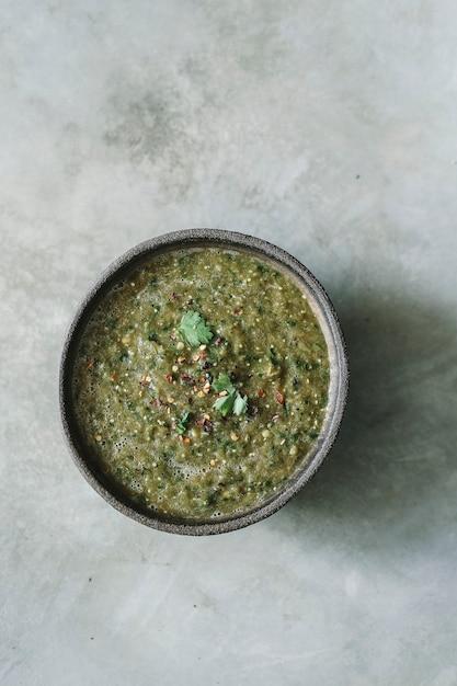自家製の緑のトマトのサルサ料理の写真レシピのアイデア Premium写真