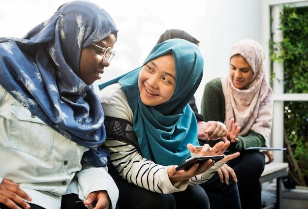 携帯電話を使った学生グループ Premium写真