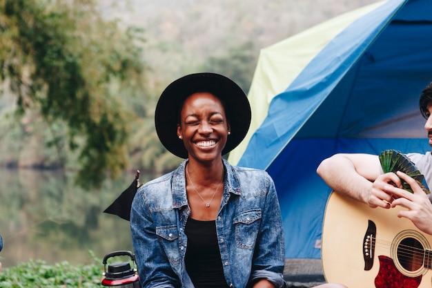 キャンプ場で幸せな女性 Premium写真