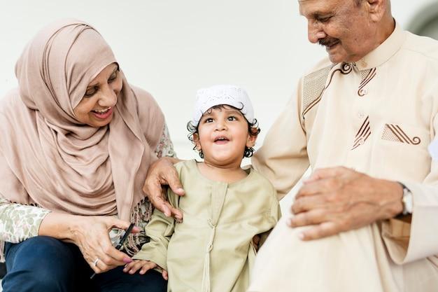 孫とのイスラム教徒の祖父母 Premium写真