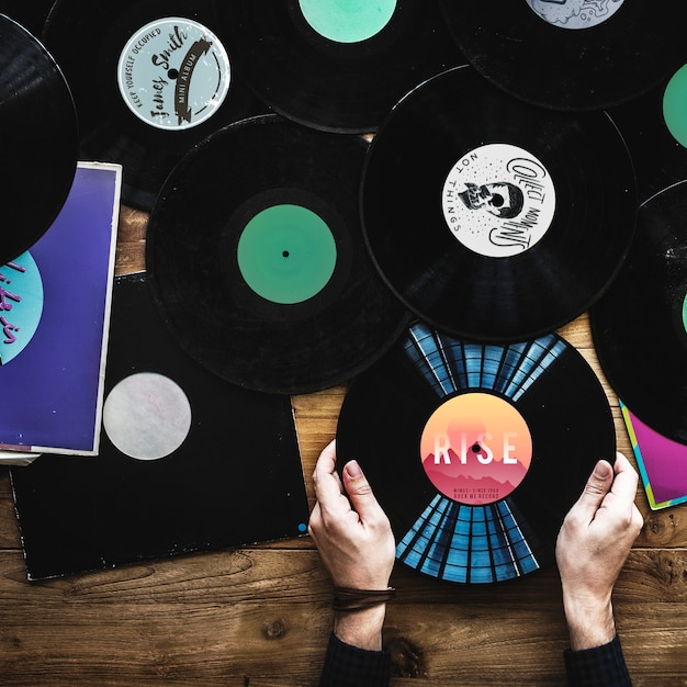 ビニールレコードを持つ音楽愛好家 Premium写真