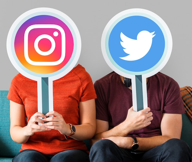 ソーシャルメディアアイコンを持つ人々 無料写真