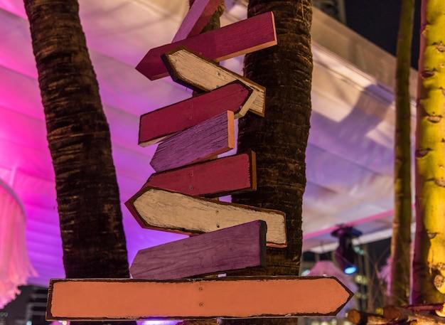 木製の道路標識が夕方に 無料写真