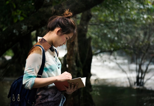 屋外旅行を楽しむアジア人女性 無料写真