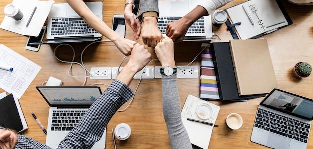 拳を握る同僚 無料写真
