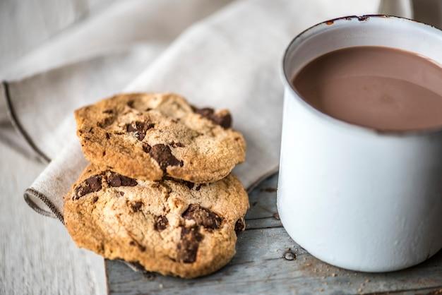 チョコレートチップクッキー入りホットチョコレート 無料写真