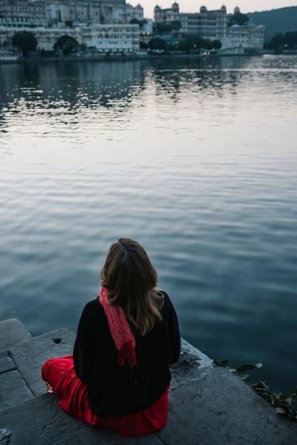 ウダイプールのタジ湖の景色を楽しむ西洋の女性 無料写真