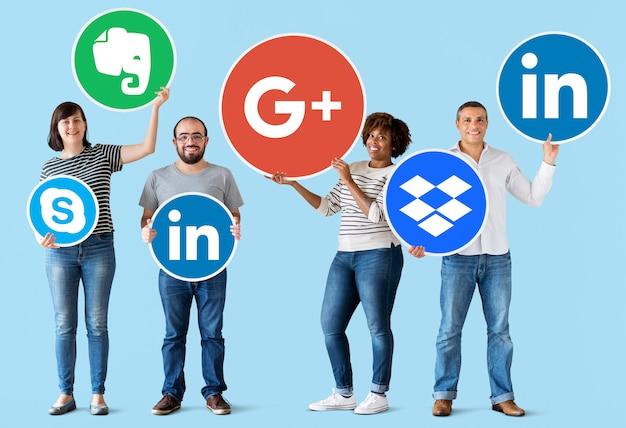 Люди держат значки цифровых брендов Бесплатные Фотографии